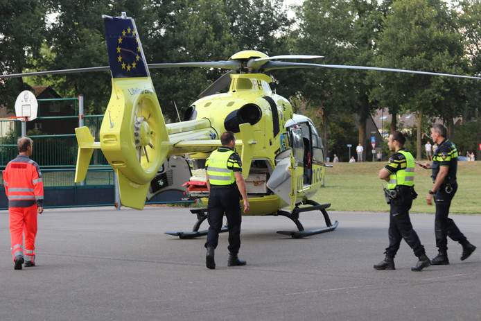 De traumahelikopter landde midden in de Apeldoornse woonwijk.