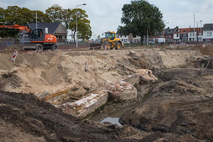Restanten van de oude schutsluis bij de Buitenhaven in Kampen.