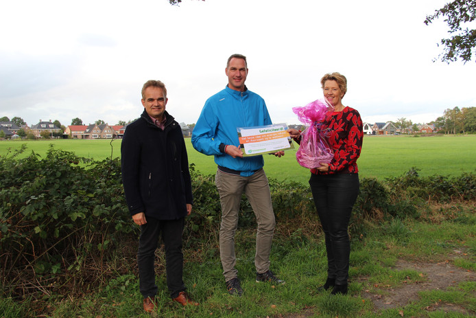 Foto: v.l.n.r.: Johan Voshaar van Essenkracht, prijswinnaar Gilbert Leemhuis en wethouder Ursula Bekhuis