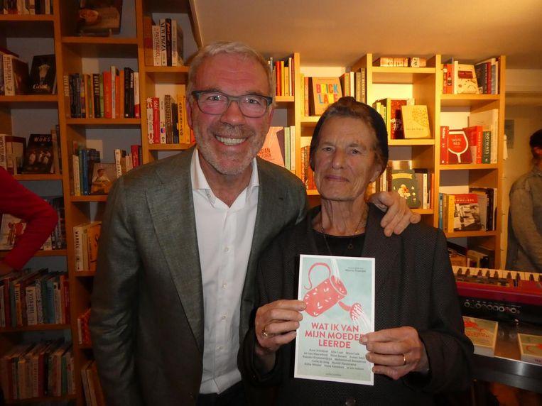 Wijnschrijver Harold Hamersma met zijn moeder Jannie, een schat, maar geen keukenprinses. Hamersma: 'Laatst ging weer het brandalarm af' Beeld Schuim