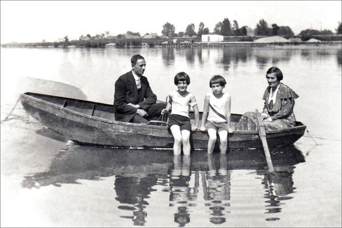 Het gezin Aussen in een bootje op de IJssel.