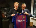 Frenkie de Jong poseert met het shirt van Barcelona.