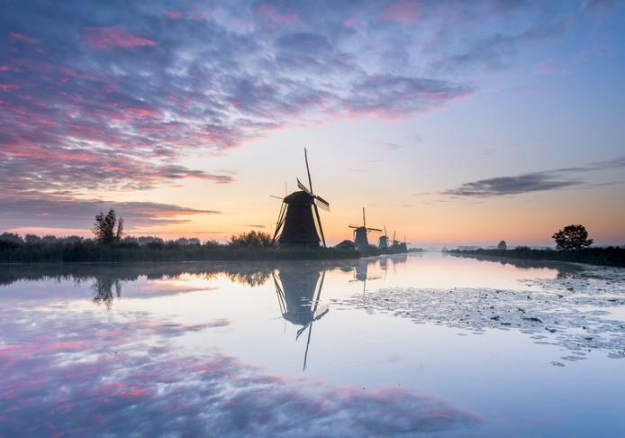 De molens van Kinderdijk tijdens zonsopgang.