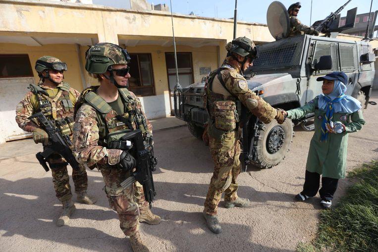 Italiaanse miliatairen van de Resolte Support-missie in Afghanistan brengen keukenmateriaal naar een weeshuis.