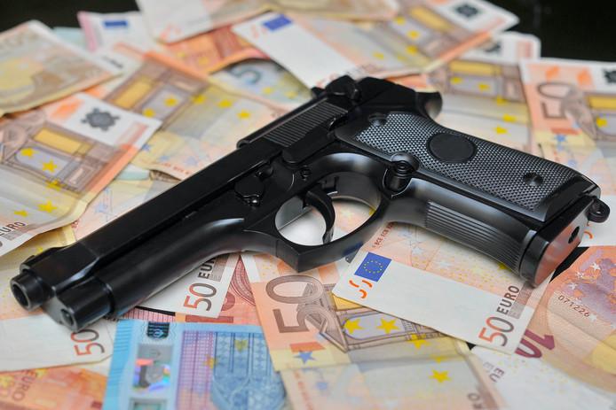 De verdachte uit Eindhoven had 165.000 euro en een groot aantal vuurwapens ondergebracht in het huis van zijn moeder (foto ter illustratie).
