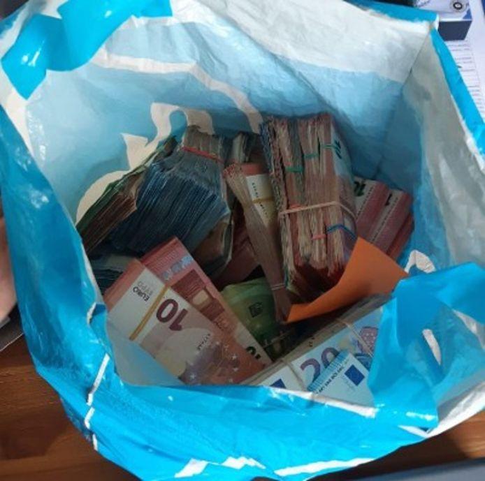 Bij een inval bij een hennepkwekerij in Rhenen werd 335.880 euro aan contant geld gevonden.