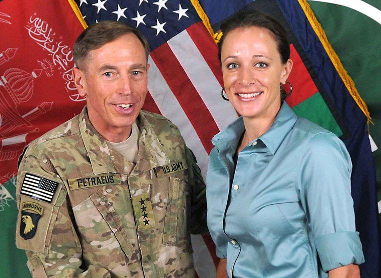 Generaal Petraeus en zijn biografe en minnares Paula Broadwell. Beeld afp
