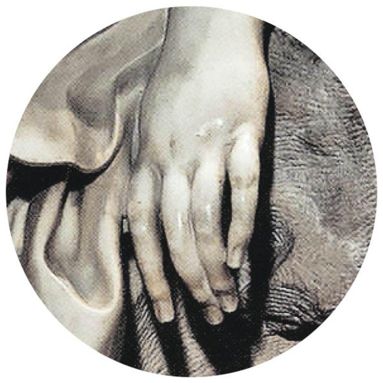 De hand van Theresia, een van de weinig zichtbare lichaamsdelen van de heilige, de rest wordt bedekt door haar glooiende gewaad, dat haar kolkende emoties symboliseert.  Beeld Scala, Florence