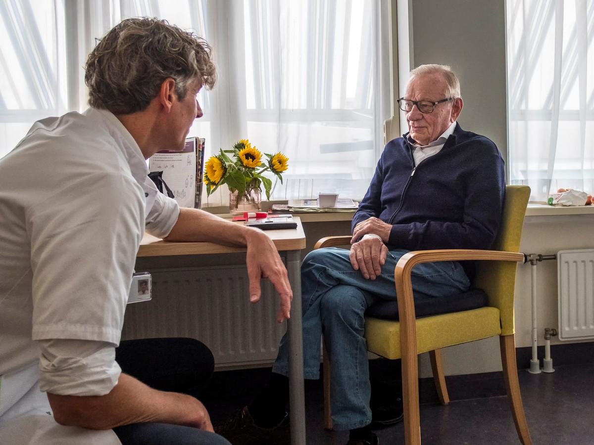 Dokter Niemeijer vertelt Herman dat hij naar huis mag.