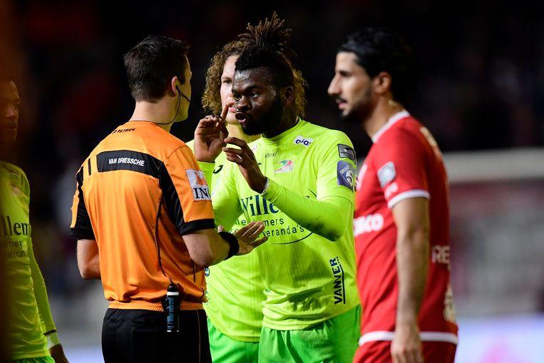 Vandendriessche gaf Nkaka rood.