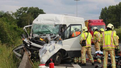 Bestuurder gekneld in bestelwagen na botsing tegen vrachtwagen op E40 tussen Erpe-Mere en Wetteren