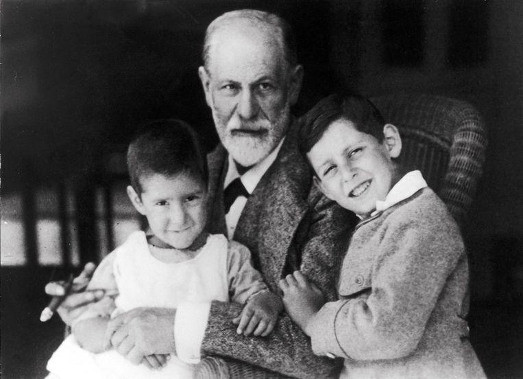Sigmund Freud met twee van zijn kleinkinderen, rond 1923. Beeld ap