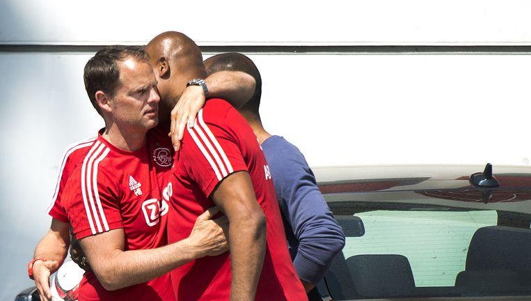 Vertrekkend Ajax-trainer Frank de Boer knuffelt jeugdtrainer en oud-speler Winston Bogarde op sportpark De Toekomst. Beeld null