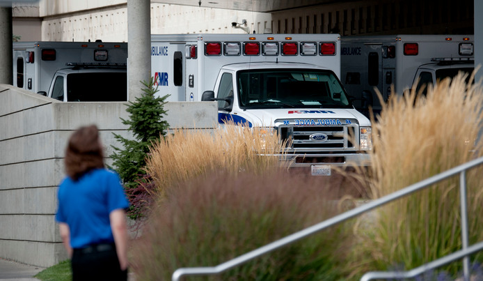 Ambulances bij het ziekenhuis, nadat de eerste berichten over de schietpartij naar buiten zijn gekomen. De gewonde slachtoffers zijn naar het ziekenhuis gebracht en zijn niet in levensgevaar.