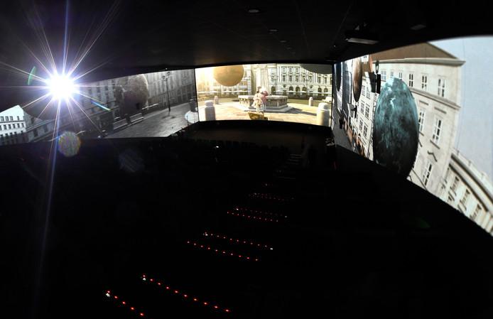 Dans une salle ScreenX, les parois latérales sont utilisées comme écrans supplémentaires. Cette technologie permet de projeter simultanément un film sur trois murs de la salle de cinéma afin d'offrir une vision panoramique lors de certaines scènes.