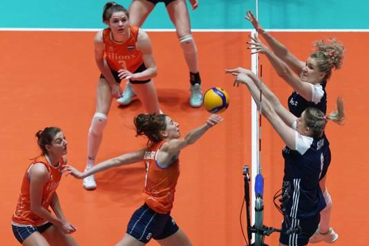 Floortje Meijners komt er niet aan te pas bij het Poolse blok met Magdalena Stysiak en Agnieszka Kakolewska.