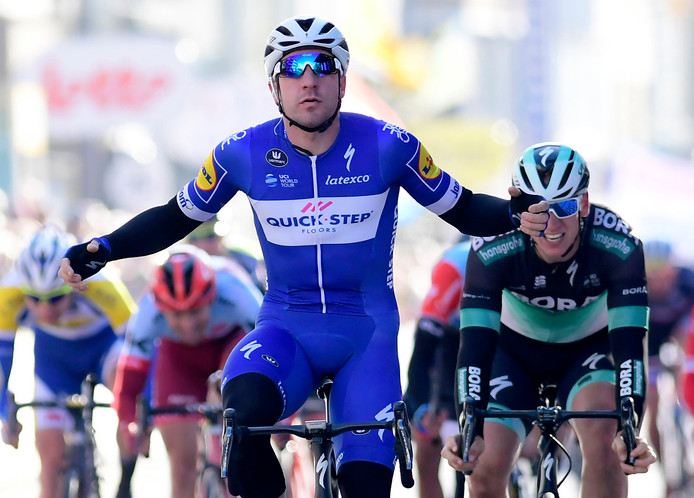 Elia Viviani sprint naar de zege in De Panne.