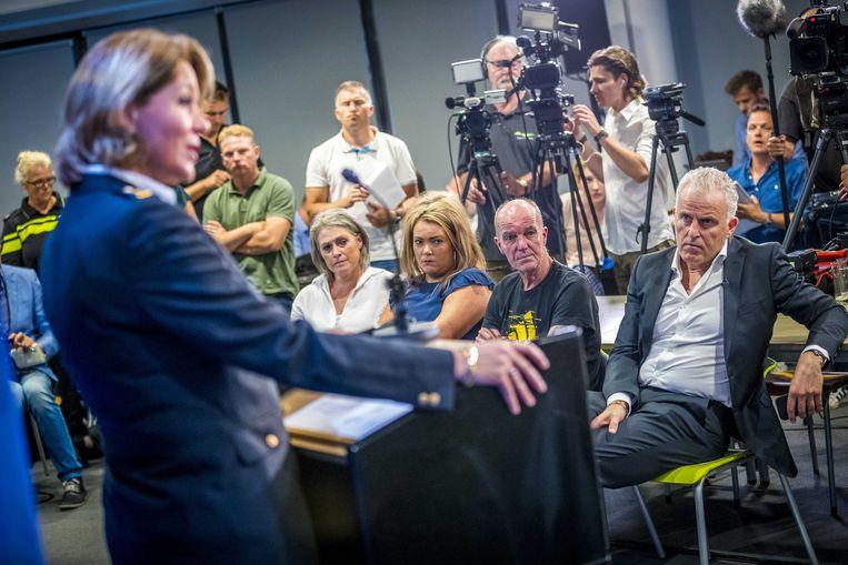 Misdaadverslaggever Peter R. de Vries (rechts op de eerste rij) samen met de familie van vermoorde Nicky Verstappen bij de persconferentie van de politie. Beeld EPA