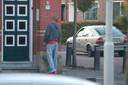 Overlast van bezoekers Poolse supermarkt. Deze man plast tegen de gevel van een woning.