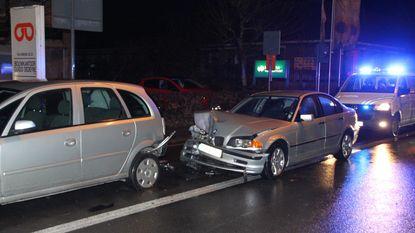 BMW knalt tegen geparkeerde wagens
