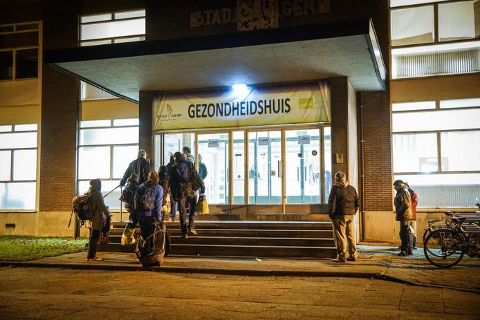Daklozen komen toe aan de nachtopvang in het Baudelopark.