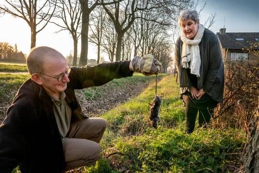 Henrie en Corrie van Geffen in 2019 bij de sloot langs de Eerdsebaan in Wijbosch, waar veel ratten verblijven.