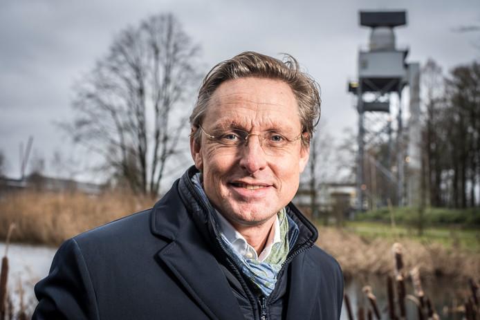 Het voormalig VVD-kamerlid Han ten  Broeke met op de achtergrond de radar van Thales.