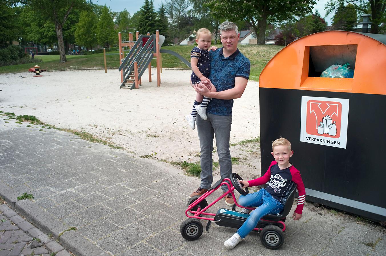 Vader Tom Veldhuis vond zaterdagochtend asbestplaatjes in de speeltuin waar zijn kinderen Liz (2) en Daan wilden spelen. Hij belde de politie en spreekt schande van diegene die een asbestplaat bij de naastgelegen container neerzette.
