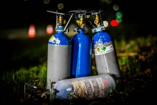 Cilinders met lachgas op archiefbeeld.