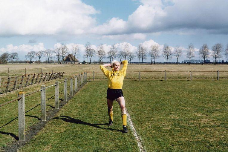 Waar het allemaal mee begon: een foto van boer Jaap Hemke, 1996, met op de achtergrond een stolpboerderij Beeld -