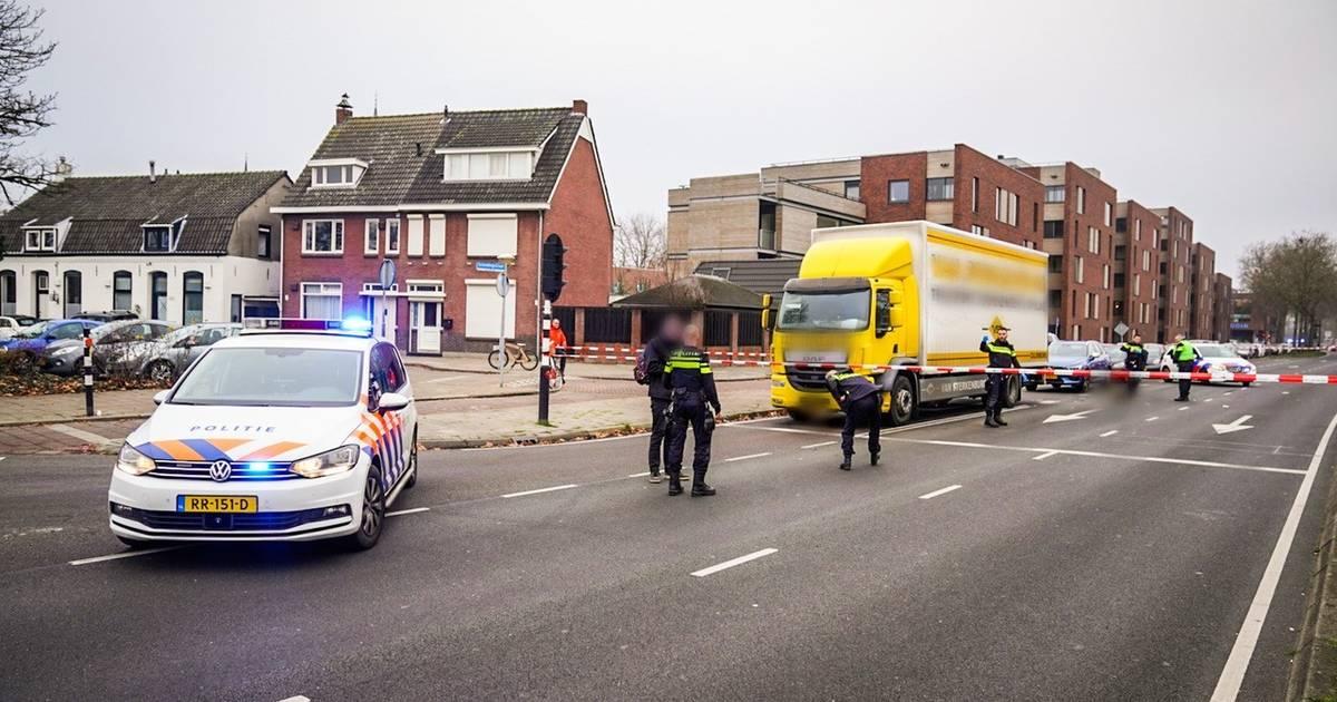 Jong meisje zwaargewond naar ziekenhuis na botsing met vrachtwagen in Eindhoven.