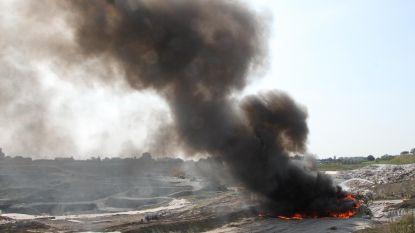 Zwarte rookpluim door afvalbrand op stortplaats