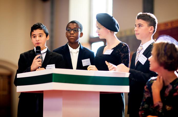 Scholieren van het Coornhert Gymnasium uit Gouda debatteerden vanmorgen met Kamerleden tijdens Kleine Prinsjesdag in de Ridderzaal in Den Haag.