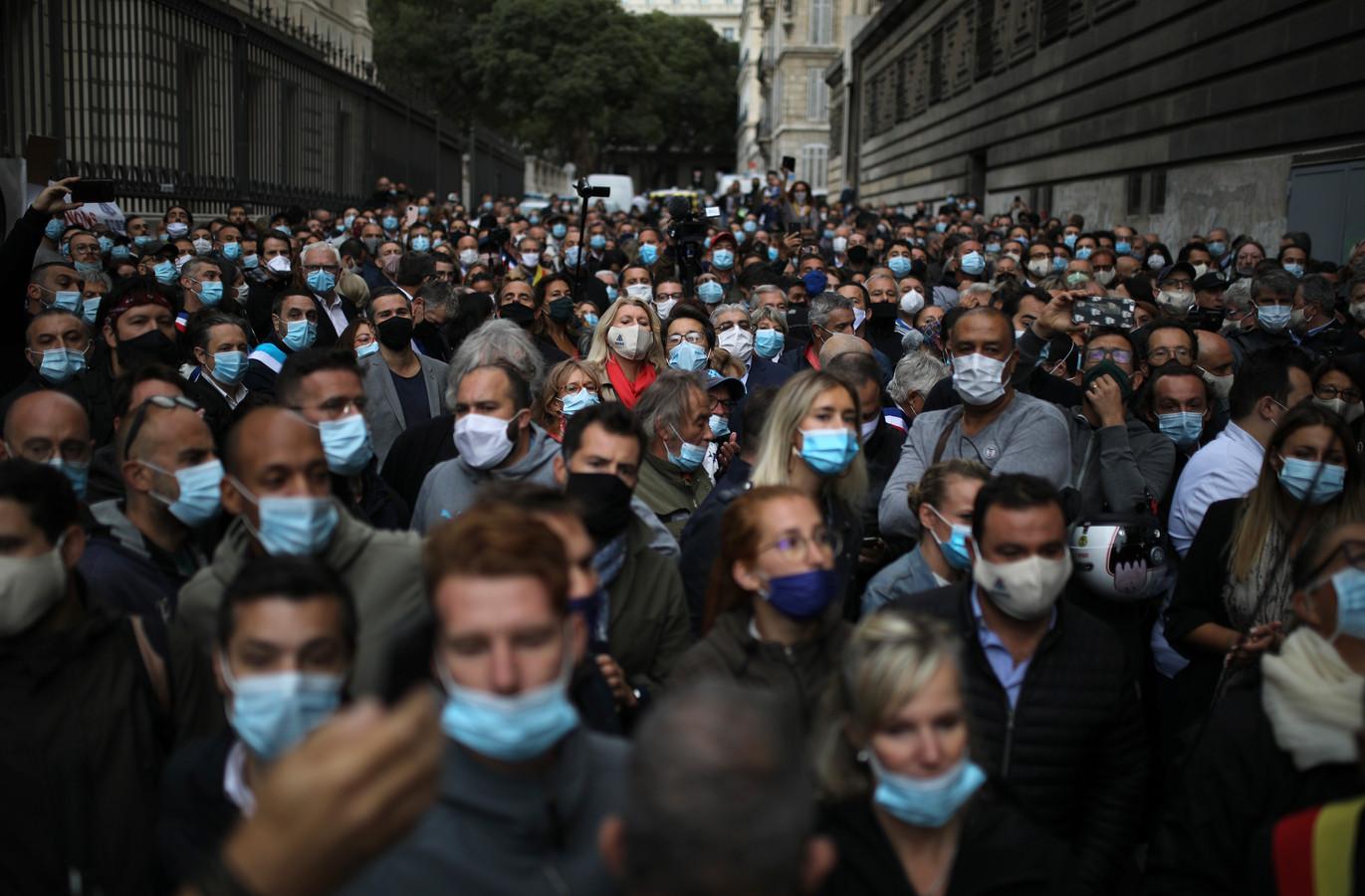 Marseille dreigt er ook mee gerechtelijke stappen te ondernemen tegen de beslissing om bars en restaurants voor veertien dagen te sluiten.