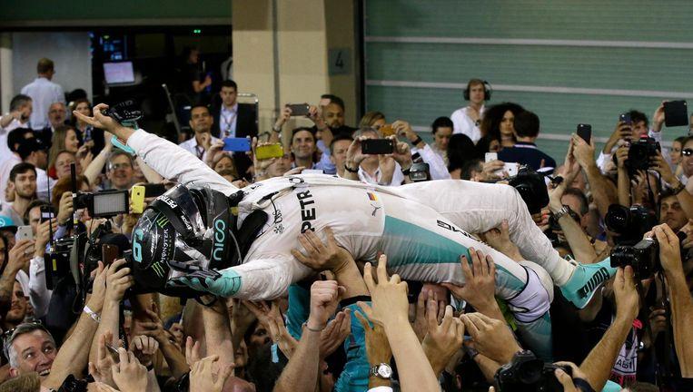 Nico Rosberg en zijn team na de overwinning. Beeld null