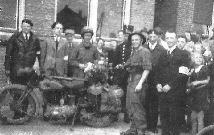 Geallieerde soldaten worden begroet aan het Schoonhovenseveer, na de bevrijding in 1945.