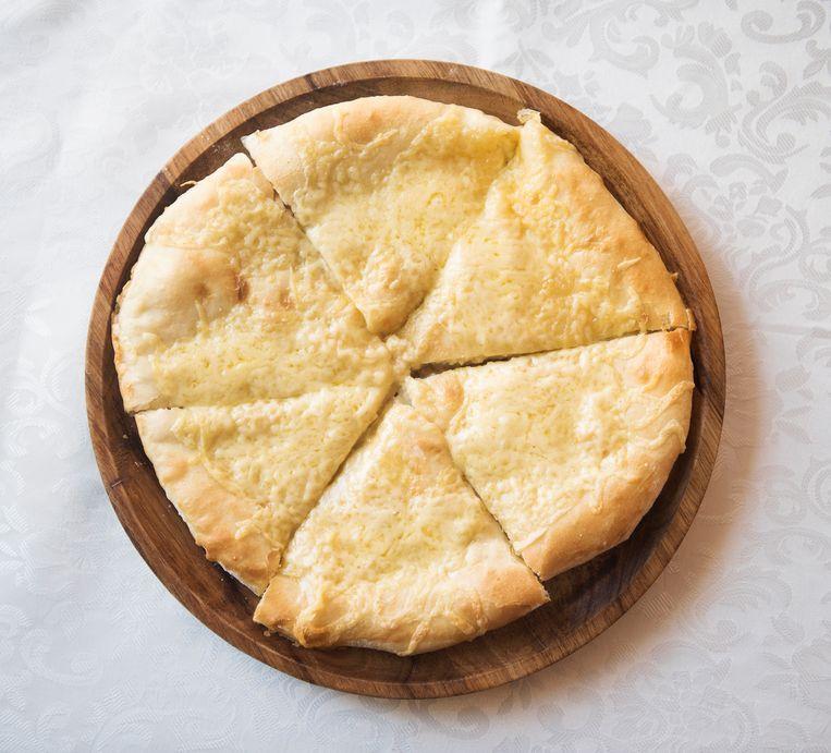 Khachapuri: soms rond als een pizza, soms van bladerdeeg. Beeld Els Zweerink