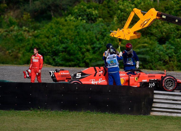 Vettel stapt weg na de botsing.
