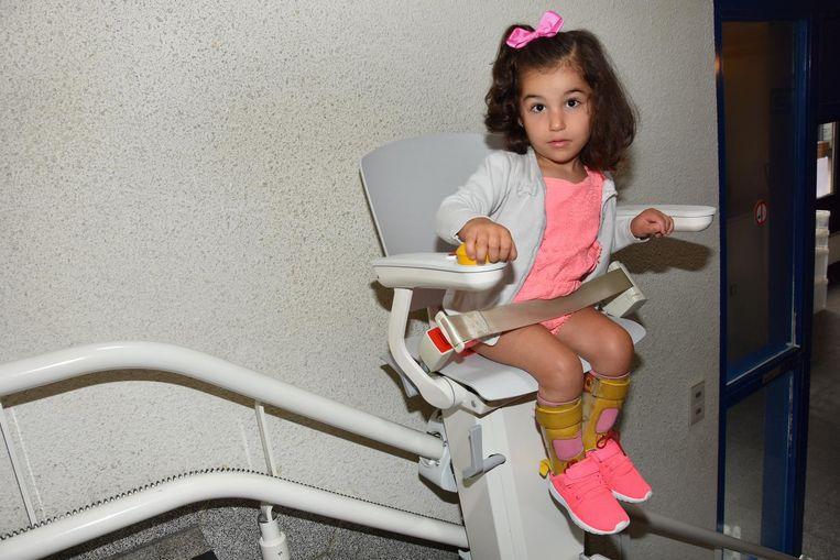 Otolift schenkt lift voor 4-jarige Ines, een kleuter met een mobiele beperking.