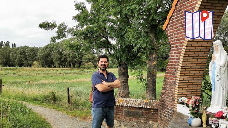 HLN-journalist Bart Kerckhoven op de Weg-om in Halle aan één van de vele kapelletjes in het gehucht Elbeek.