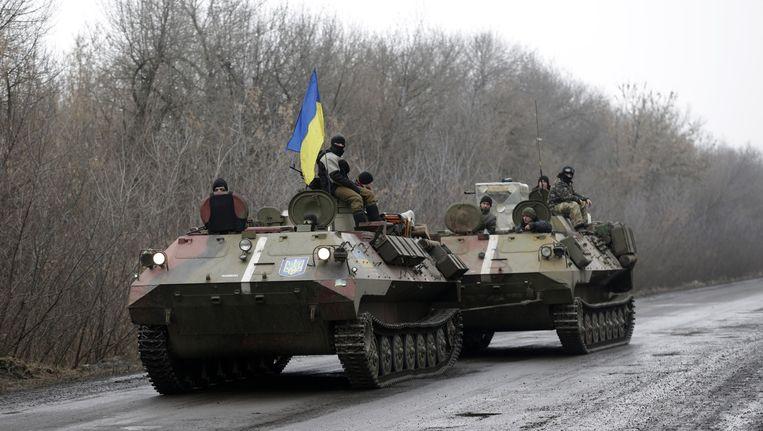 Een Oekraïense tank rijdt richting Debaltseve. Beeld ap