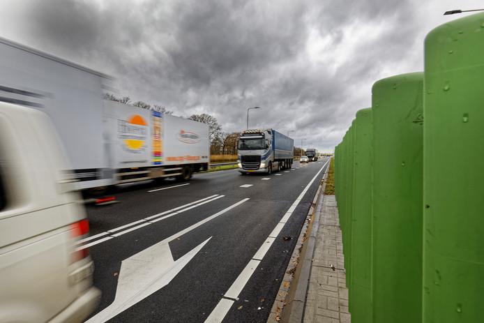 Vrachtverkeer op de N279. Een slechte bandenspanning veroorzaakt vaak klapbanden of lekke banden en daarmee overlast voor het verkeer.