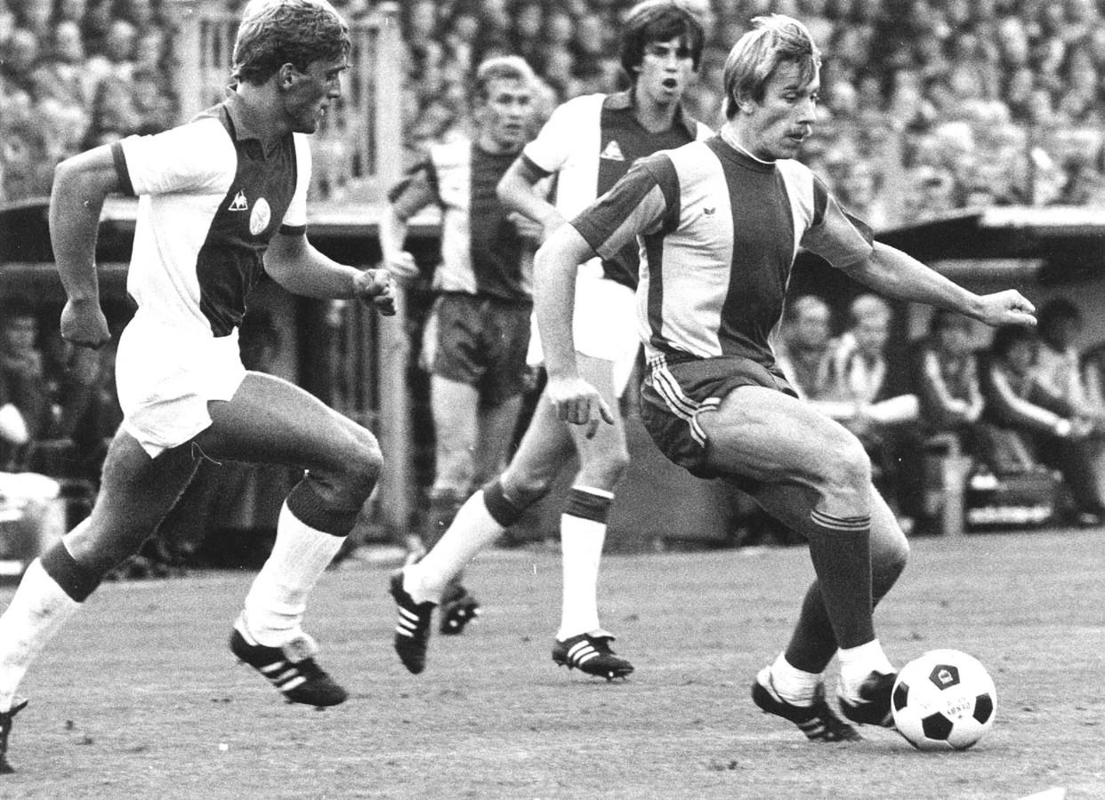 Jaan de Graaf (rechts) voor Go Ahead Eagles in duel met Ajacied Piet Wijnberg in 1980.