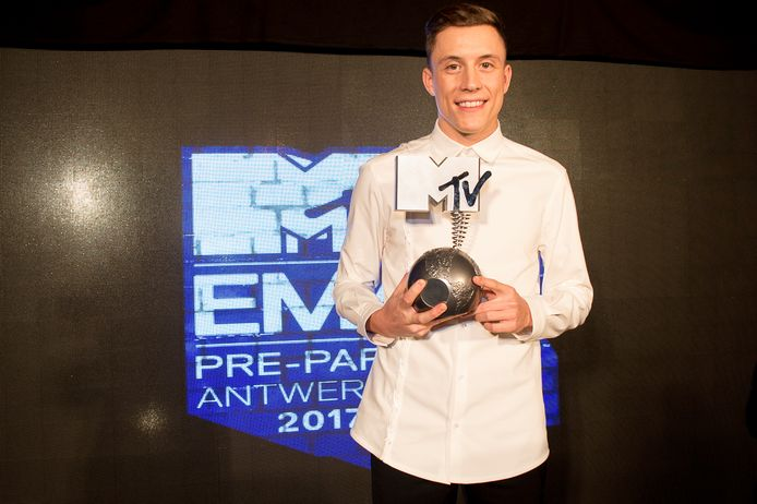Loïc Nottet showt zijn award.