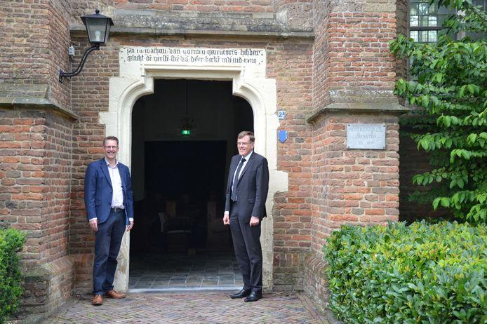 Bart van Kleef en dominee R. van de Kamp bij de dorpskerk in Opheusden