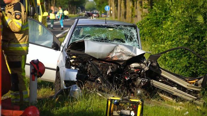 De automobilist in de Toyota raakte de macht over het stuur kwijt, kwam op de andere weghelft terecht en botste op een tegenligger, een Ford.