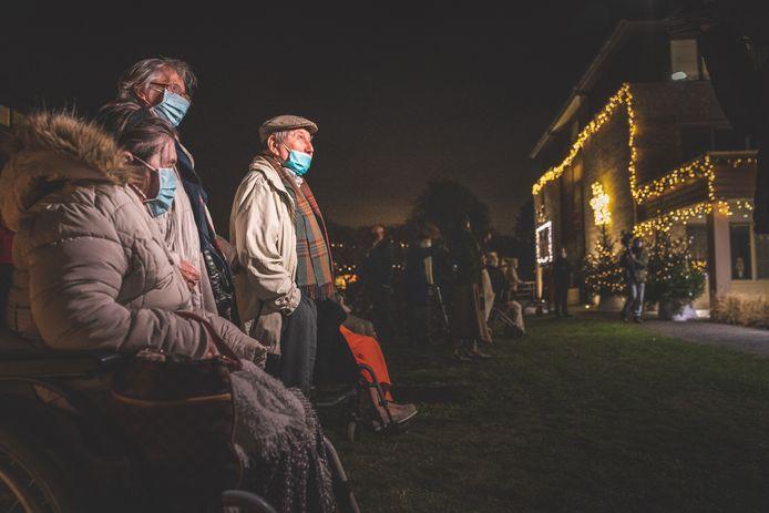 Enkele bewoners van WZC Ter Venne kwamen de lichtjes bewonderen.