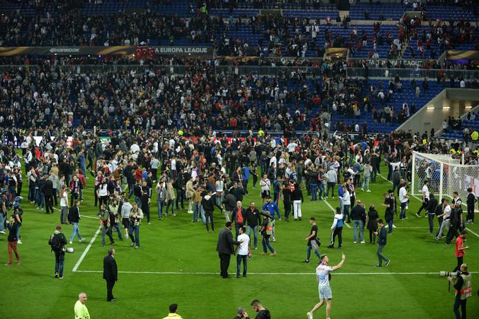 Bizarre beelden voor de wedstrijd tussen Olympique Lyon en Besiktas. Mensen vluchten het veld op nadat er onrust is ontstaan op de tribune.