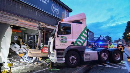 Vrachtwagen rijdt café Briand binnen