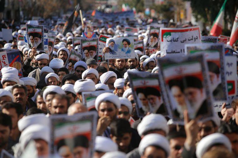 Iraanse geestelijken betoogden gisteren tegen de antiregeringsdemonstranten. Beeld EPA